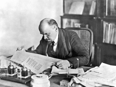 Lenin reading newspaper